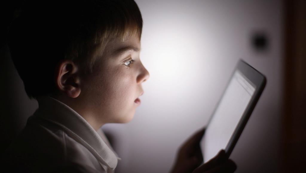 Fëmijët, rreziku që vjen pas internetit dhe telefonave
