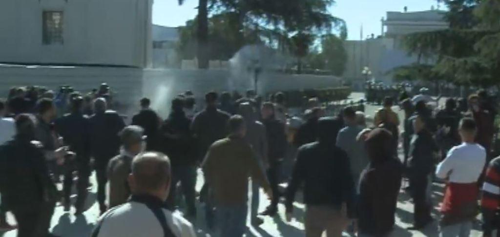 """MOMENTE TENSIONI/ Tentuan të thyejnë """"kordonin"""" para Kuvendit, policia lëshon gazin lotsjellës mbi protestuesit"""