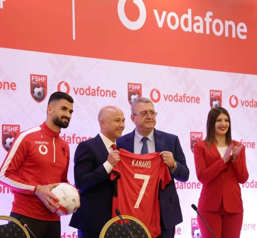 """""""Ne jemi një!"""" """"Vodafone Albania"""" me sloganin e tifozëve zyrtarizon marrëveshjen me Kombëtaren"""