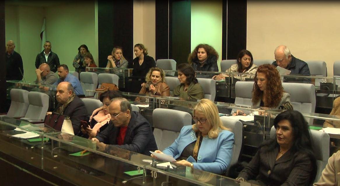 Këshilltarët në Durrës nuk i binden LSI, shkojnë në mbledhje