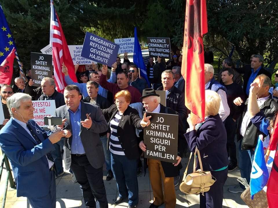 Albanian migrant workers hold anti-government protests in Athens, they demand Rama's resignation