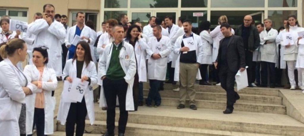 Protesta e mjekëve kundër dhunës merr përmasa kombëtare, me bluzat e bardha bashkohet edhe zv/ministrja