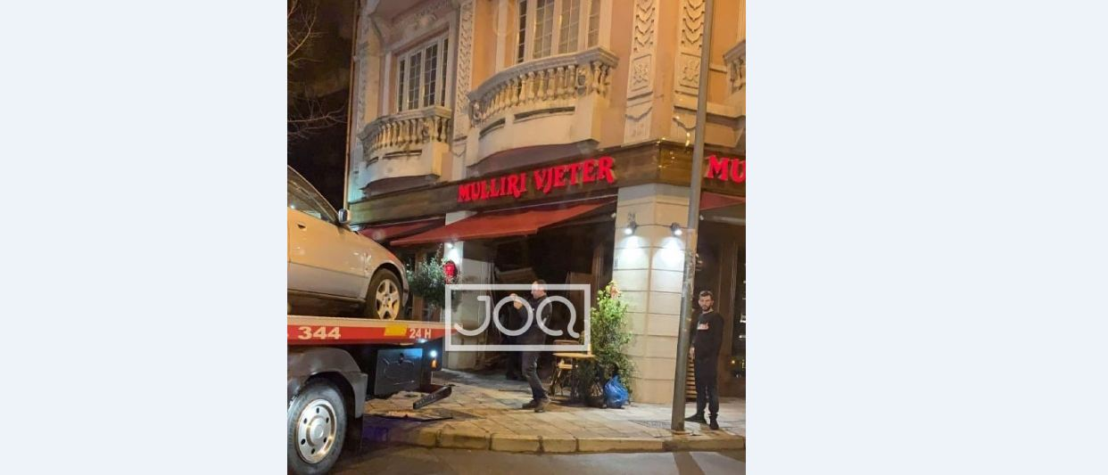 """Lëvizte me shpejtësi  në qendër të Tiranës, makina futet """"të pijë kafe"""" në lokal"""