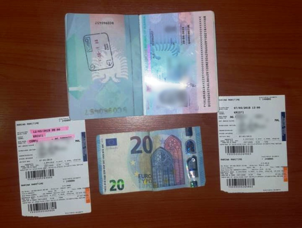 Futi 20 euro në pasaportë për të korruptuar policin,  arrestohet 55-vjeçari që shkonte në Korfuz