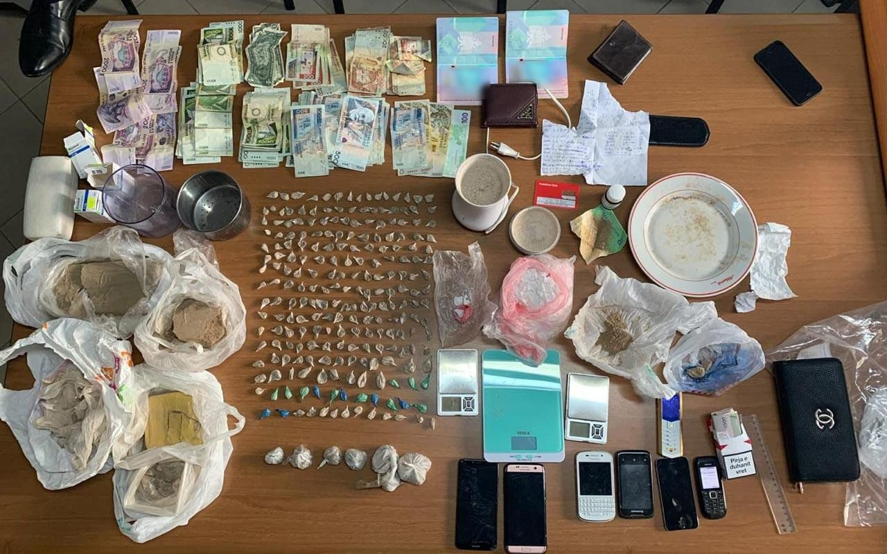"""Kapen në laboratorin e drogës në Tiranë, trafikantët me pseudonimet """"Loli"""" dhe """"Pipo"""""""