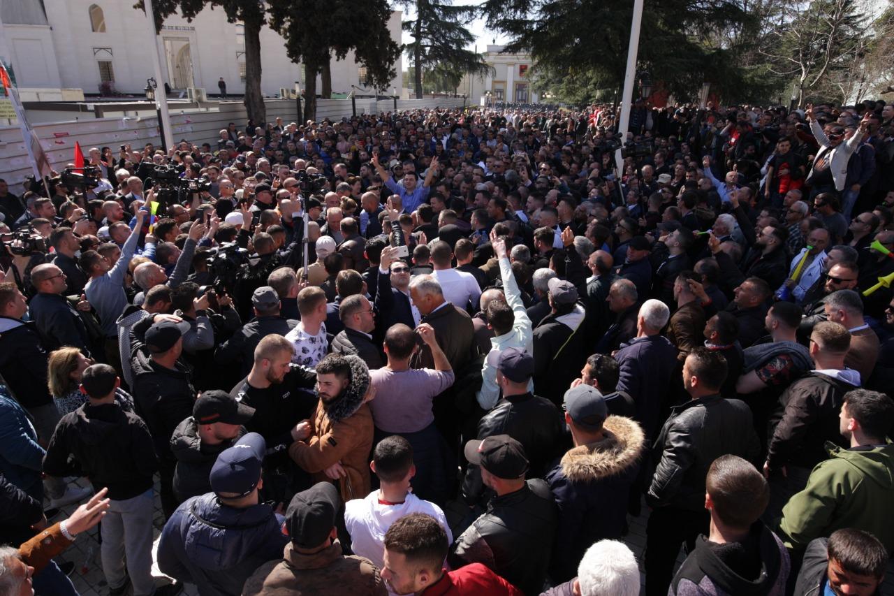 Mediat e huaja, jehonë protestës së opozitës