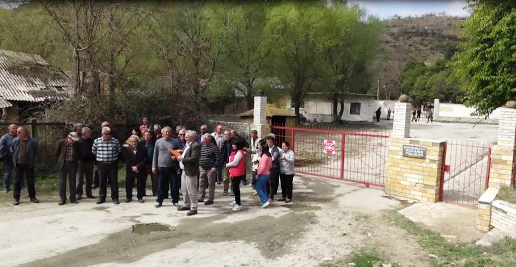 Një vit e gjysmë pa rroga, punonjësit e Kombinatit Ushtarak në Poliçan dalin në protestë