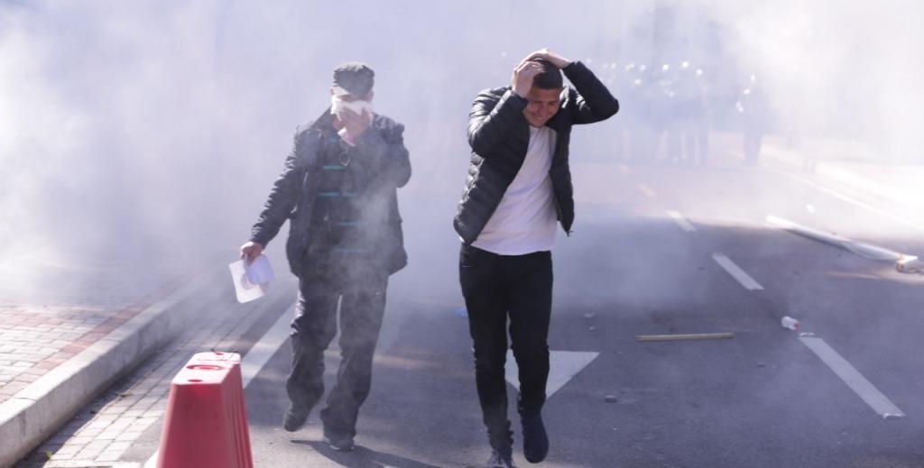 Ujë me presion dhe gaz lotsjellës, policia shpërndan protestuesit para Kuvendit