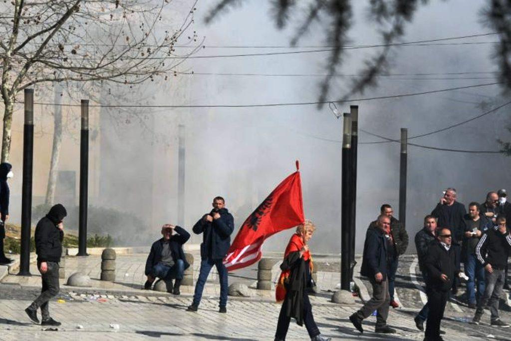 Policia: Protesta e opozitës para Kuvendit e paligjshme, turma e dhunshme, pati të lënduar