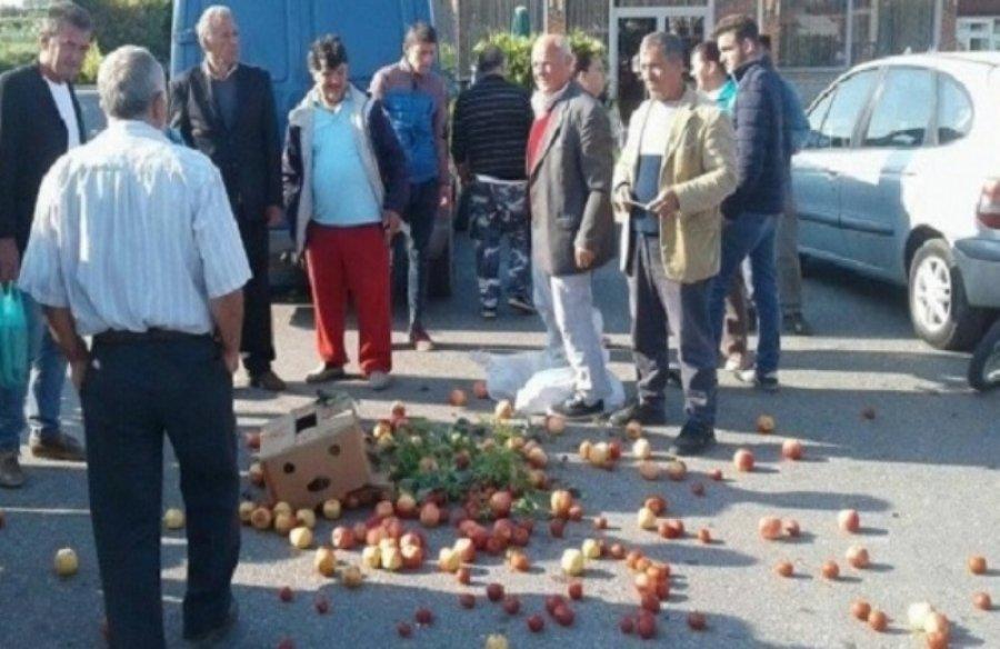 Protesta për mungesën e tregut, fermerët bllokojnë aksin Korçë-Bilisht
