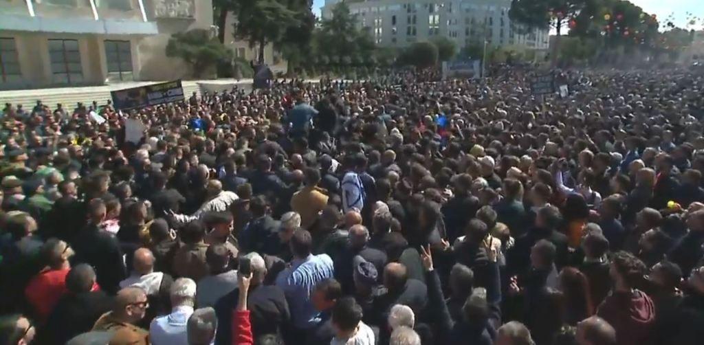 """Dhjetëra mijëra në bulevard, protestuesit nisen për marshim me """"Skënderbeun"""" për """"rrethimin e Kryeministrisë"""""""