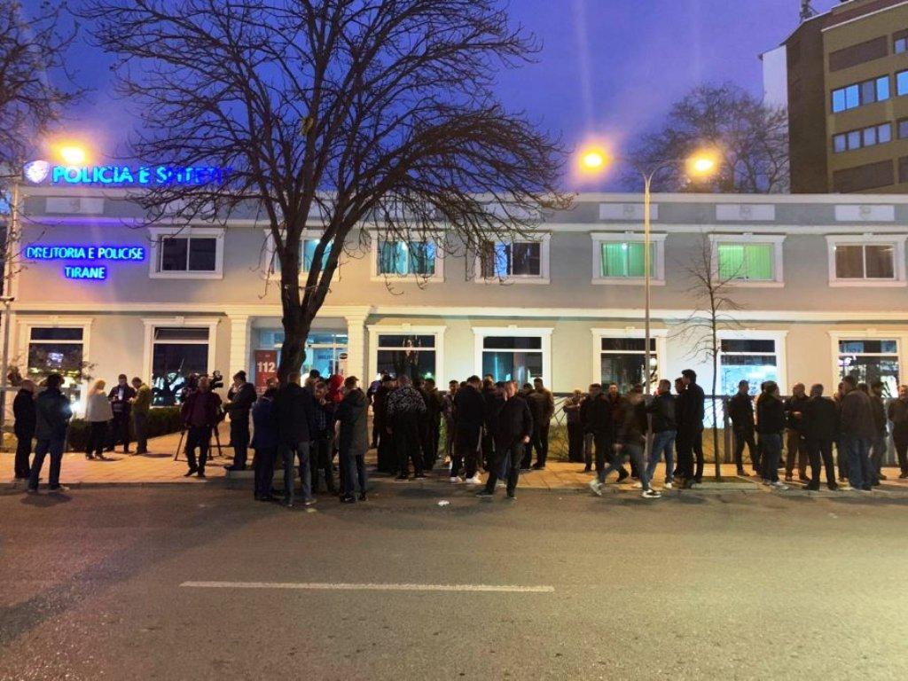 Shoqërimet e protestuesve të opozitës, dhjetëra qytetarë grumbullohen përpara Drejtorisë së Policisë