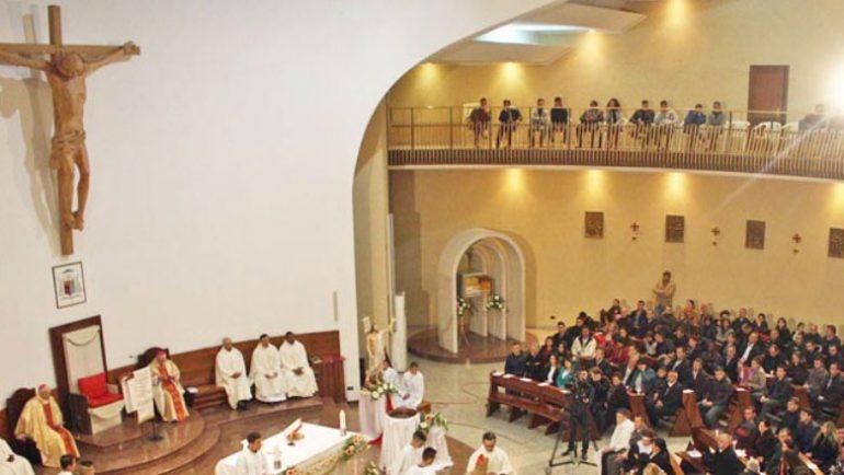 Katolikët kremtojnë në Katedralen e Shën Palit: Krishti u ngjall!