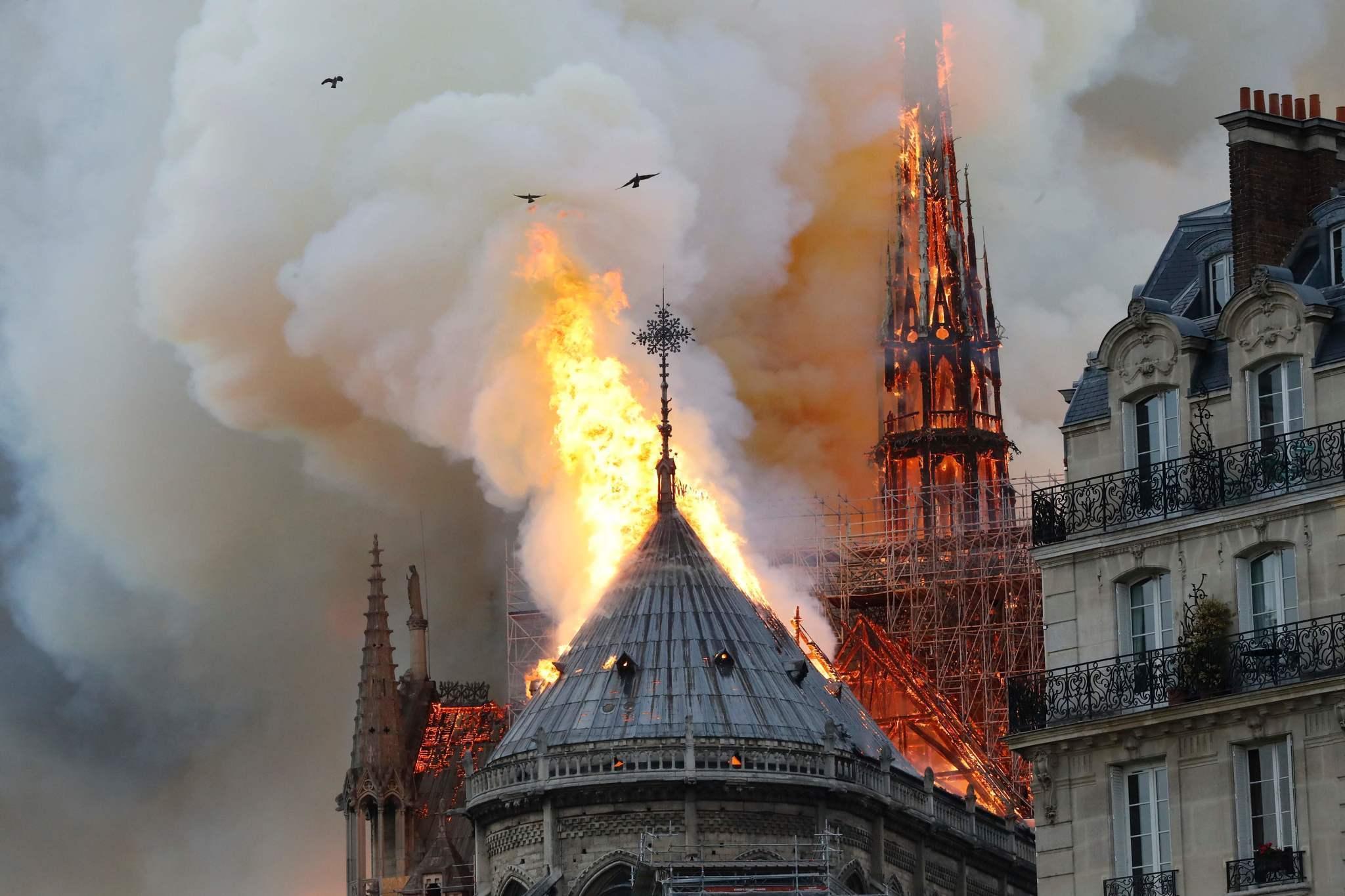 FOTOT/ Franca në ankth, Notre-Dame i Parisit përfshihet nga zjarri masiv