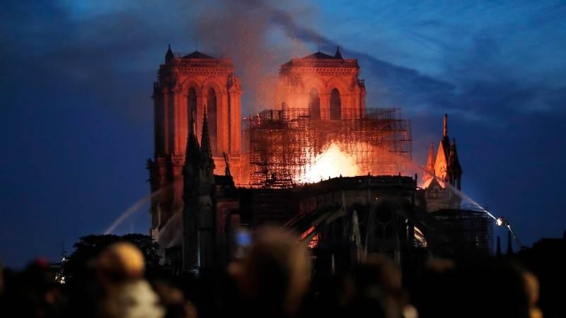 PARIS/ Macron shpall emergjencë kombëtare, autoritetet franceze: Notre Dame rrezikon shembjen