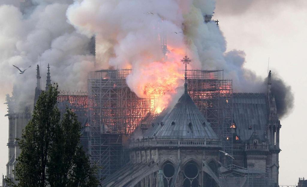 Digjet katedralja NotreDame në Paris
