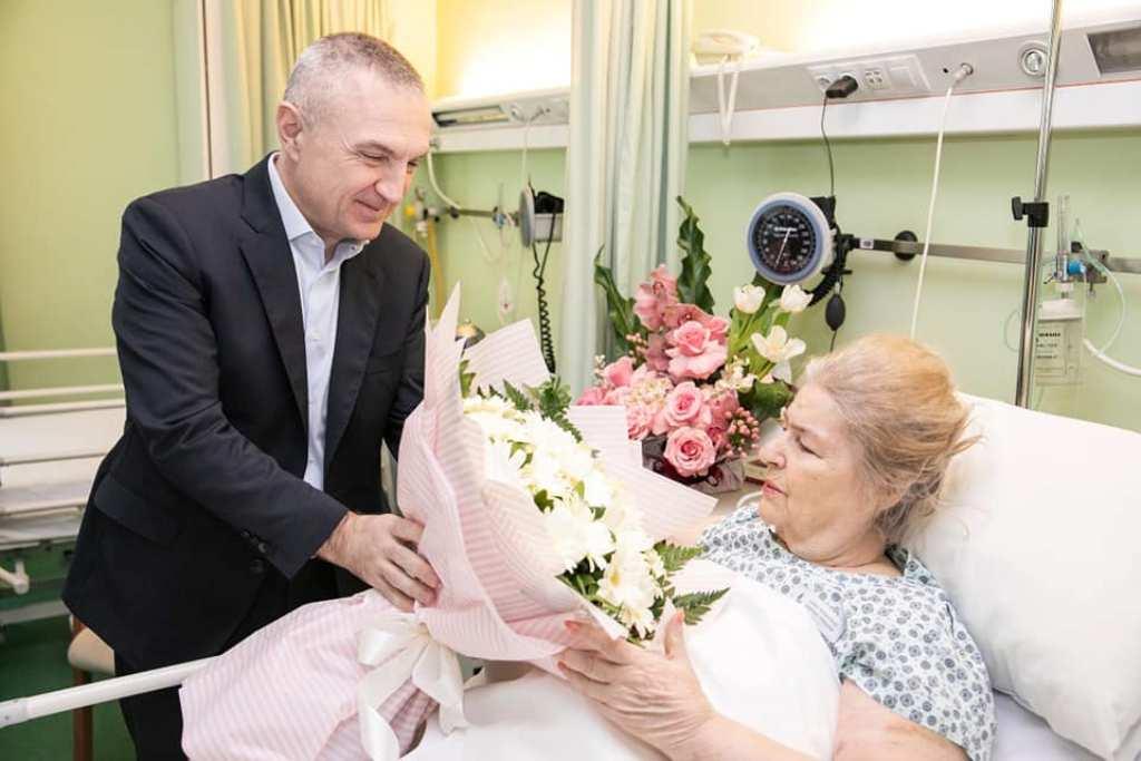 """""""Shumë pranvera të tjera të lumtura!"""" Vizita surprizë në spital, sot në ditëlindjen e Margarita Xhepës"""