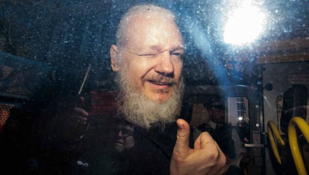Rebel, hero, mendjemadh - Julian Assange u arrestua
