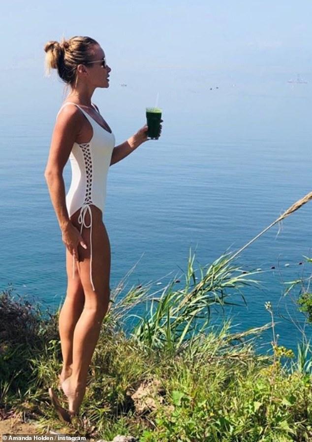 Amanda Holden, 48 vjeçe, befason me linjat perfekte dhe kostumin e banjës seksi