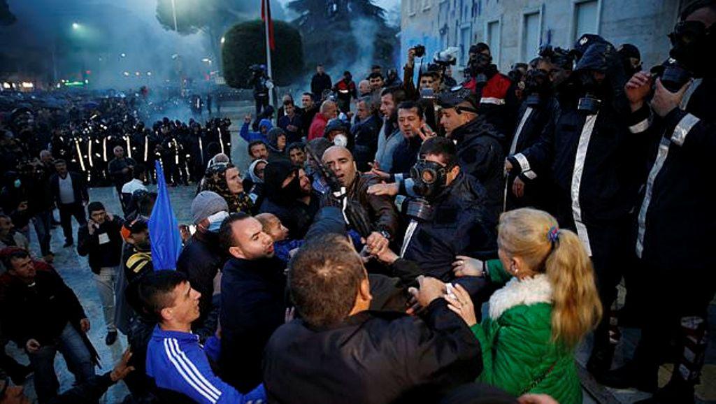Protestat/Reagon Avokati i Popullit: Dënojmë dhunën dhe gazin lotsjellës (liria e medias, në dyshim)