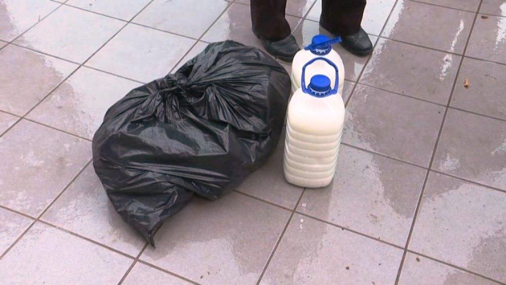 Fermerët, me bidonë qumështi në protestën e opozitës