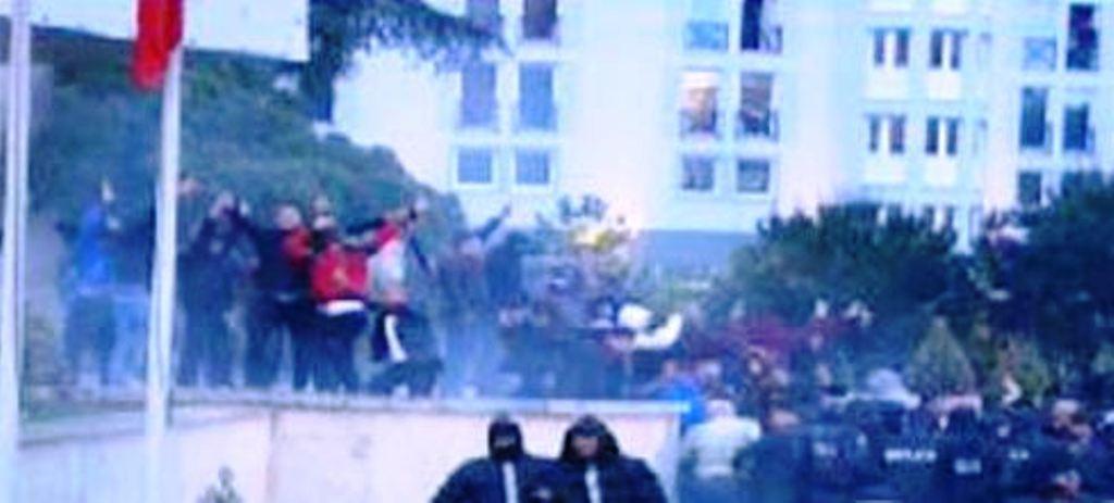 Protestuesit te dera e Kryeministrisë, policia u bën thirrje të ndalojnë