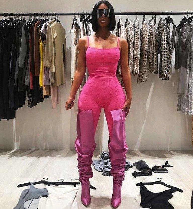 Kim Kardashian e ngjyer në rozë pozon para gardërobës së saj