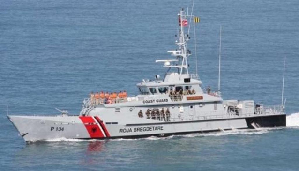 """Anija """"Mati"""" shpëton 2 peshkatarë"""