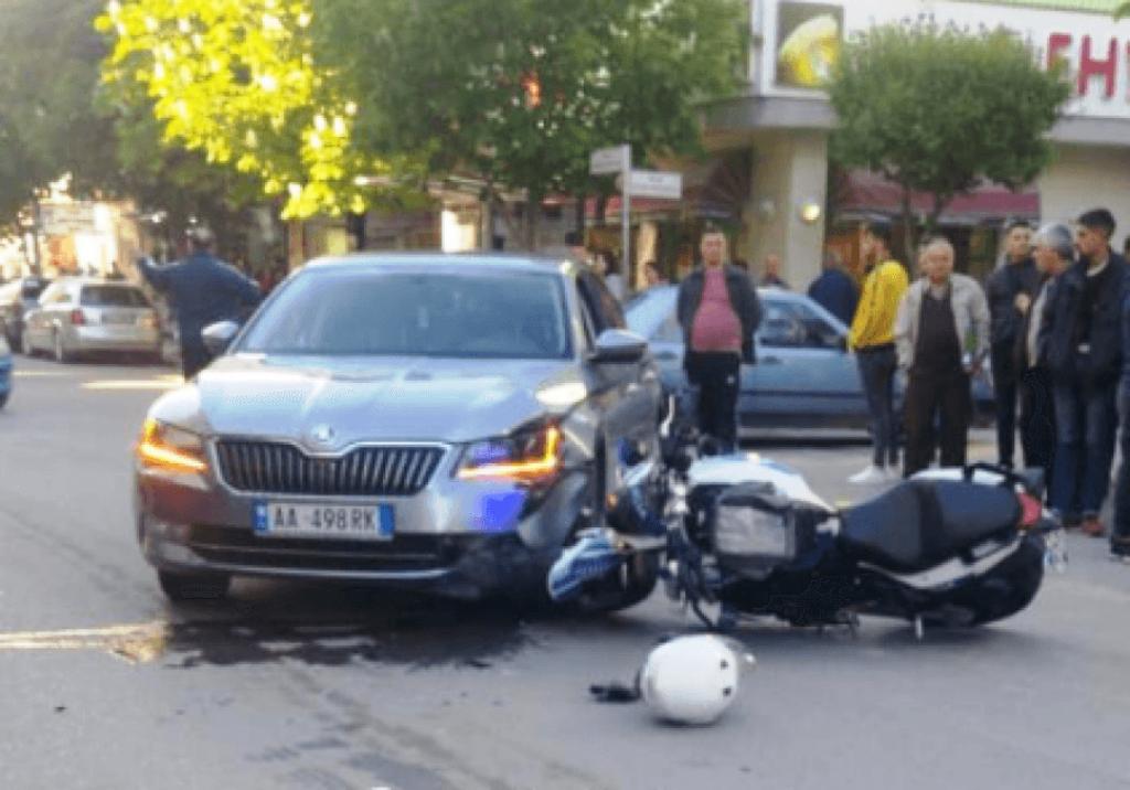 Elbasan, motorin e përplas makina, plagosen dy persona, rëndë në spital motoristi