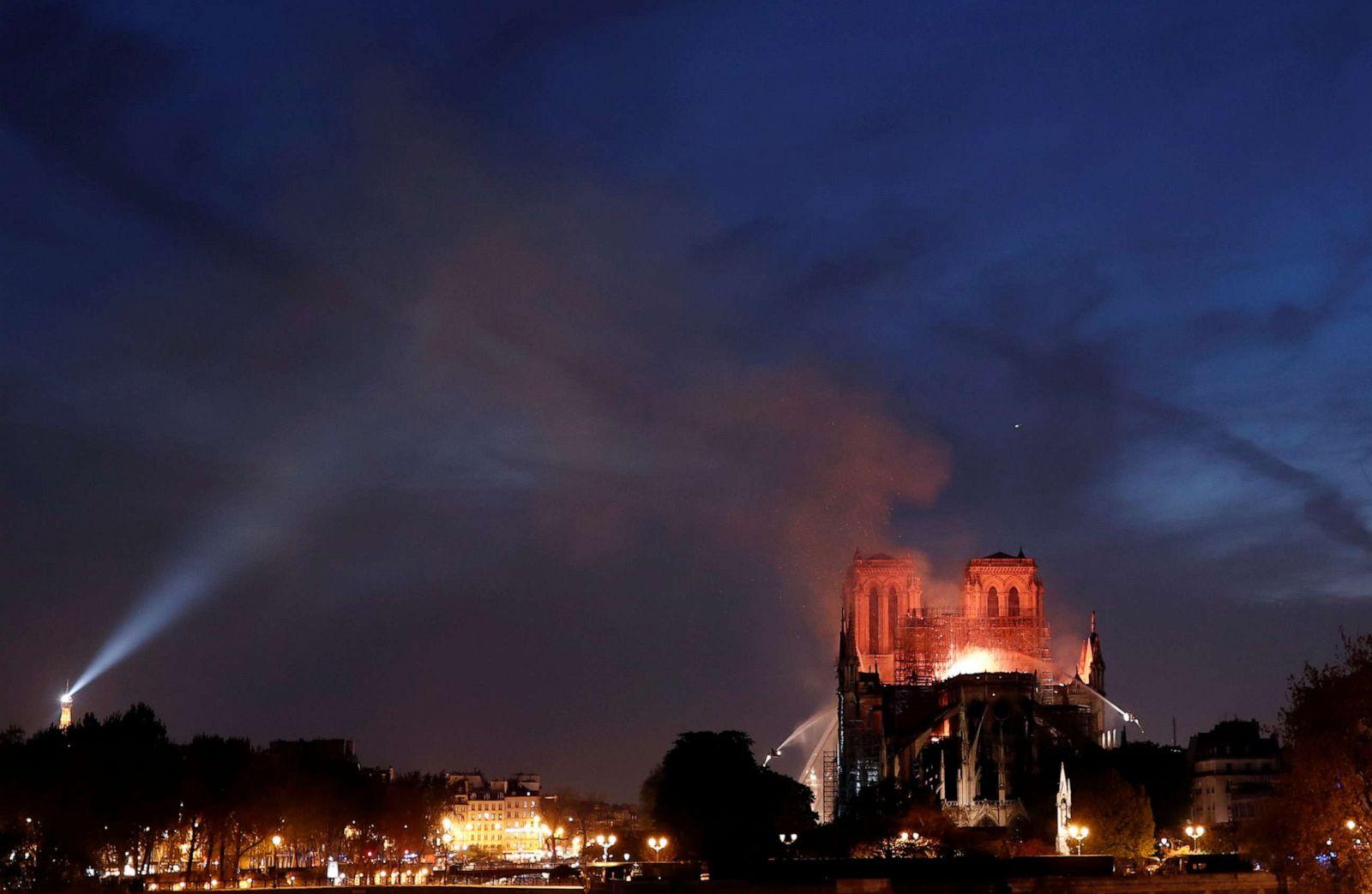 Zjarrëfikësit luftojnë flakët në Notre Dame, veprat e artit kthehen në hi