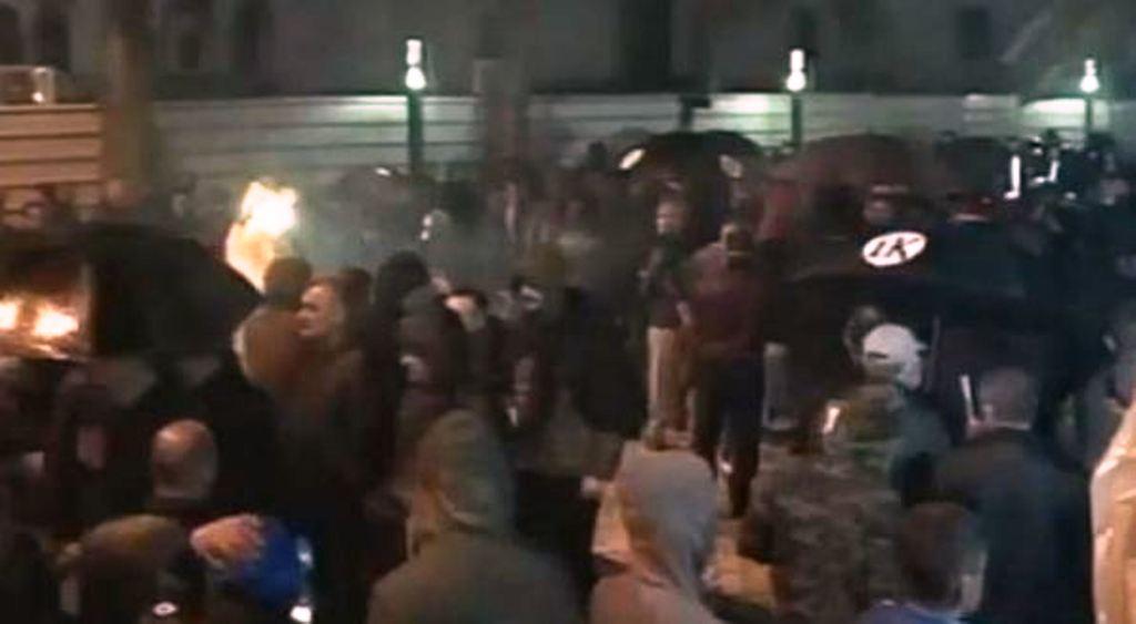 Protestuesit mbërrijnë tek Parlamenti, sërish tensionim situate
