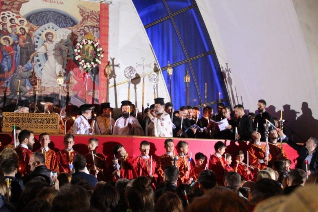 Në mesnatë, besimtarët ortodoksë u lutën për paqe, mirësi