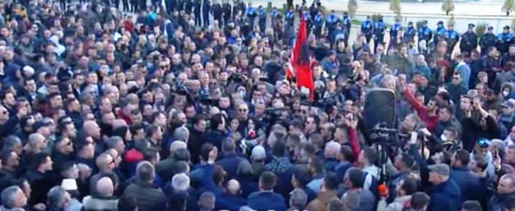 Protesta e opozitës, nis grumbullimi i qytetarëve, pranë kryeministrisë 1500 policë, në gatishmëri edhe makinat ujë-hedhëse