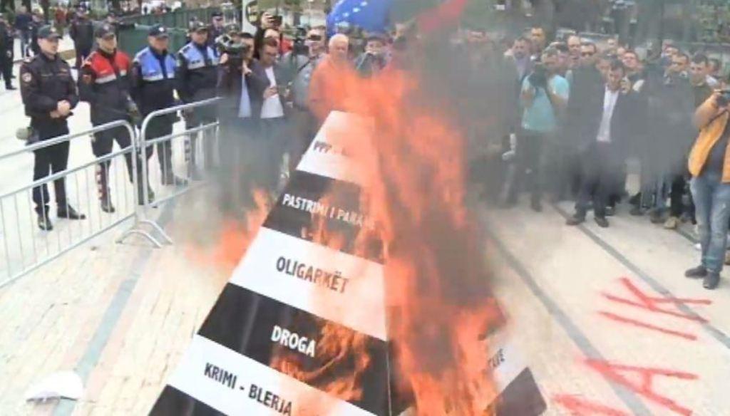 AKSIONI/ Opozita në protestën e saj të tetë, mes tymit e përplasjeve të radhës