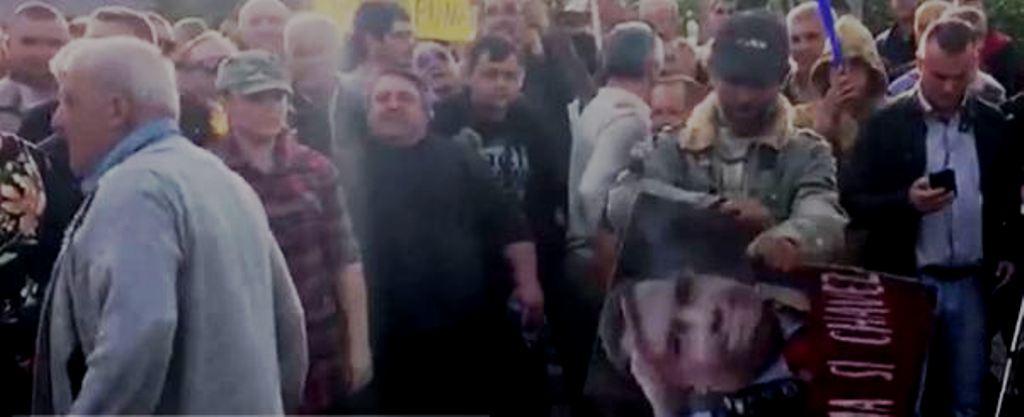 Protesta e opozitës/ Në Tiranë i vënë flakën projektit të Unazës së Re, në Fier, grisin dhe djegin foton e Ramës