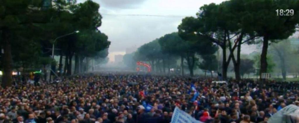 """Protesta e opozitës, parulla """"Rama ik"""", shashka dhe tym i zi drejt Kryeministrisë"""