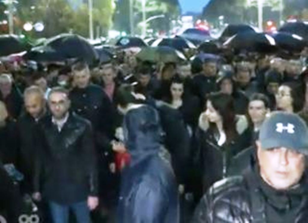 Protestuesit marshojnë drejt Parlamentit
