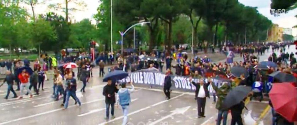 Nis protesta e opozitës, të parët në Bulevard banorët e Astirit, pritet dalja e Bashës dhe Kryemadhit
