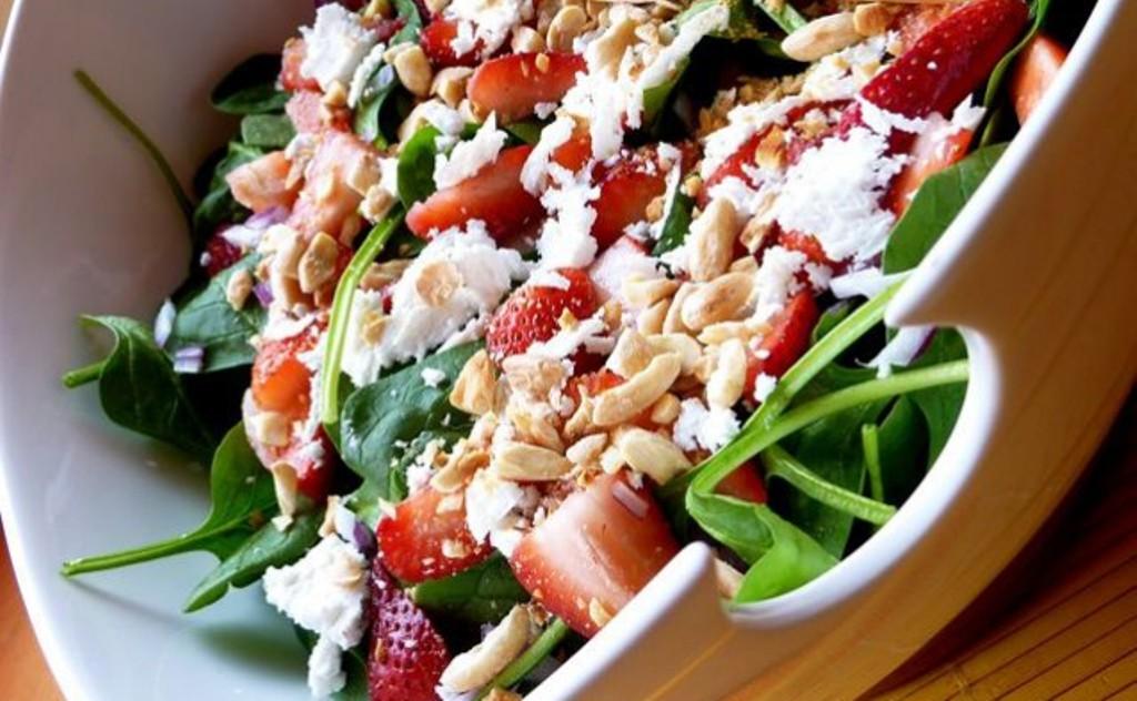 Sallata me spinaq dhe luleshtrydhe
