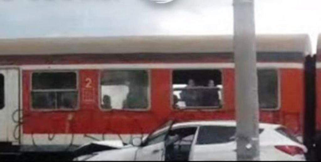 """Aksidenti, treni """"breshkë"""" i linjës Shkodër-Tiranë përplas makinën që kalonte mbi shina"""