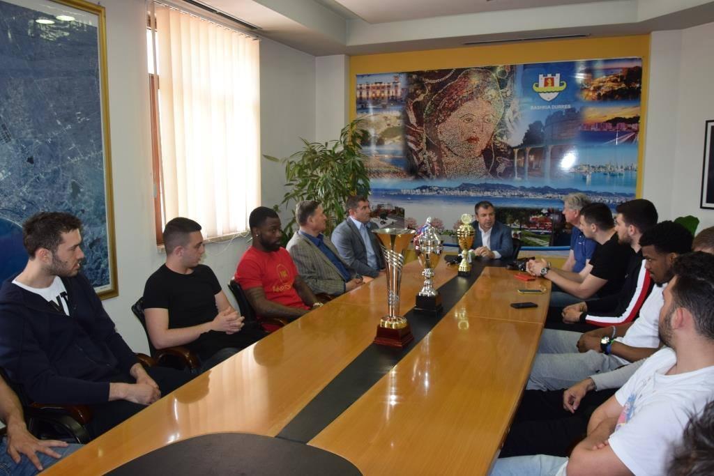 Vangjush Dako në pritje të konfirmimit, me ekipin kampion: Bashkia e Durrësit do të vazhdoj...