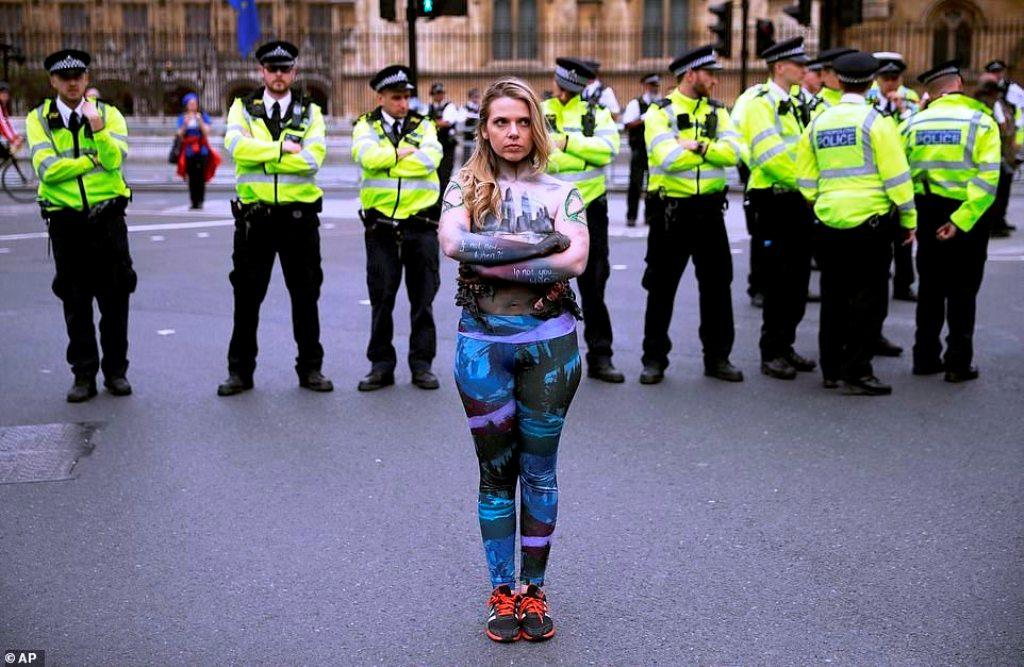 Ndryshimi i klimës/ Protestuesja e zhveshur me trup të pikturuar demonstron përpara policisë