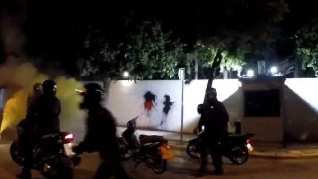 Tymuese dhe bojëra, sulmohet ambasada amerikane në Athinë