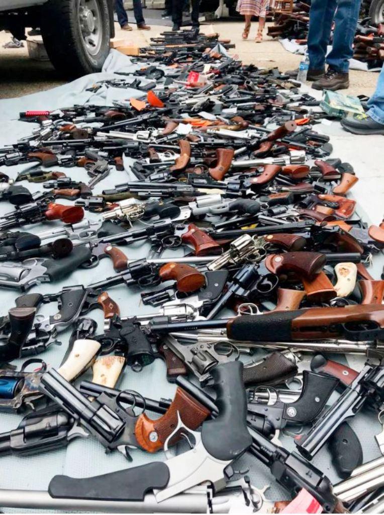 Mbante 1 mijë armë në shtëpi, e arreston policia