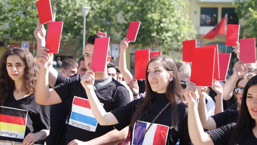 Protesta e radhës para Kuvendit, të  rinj me bluza me flamuj të BE-së