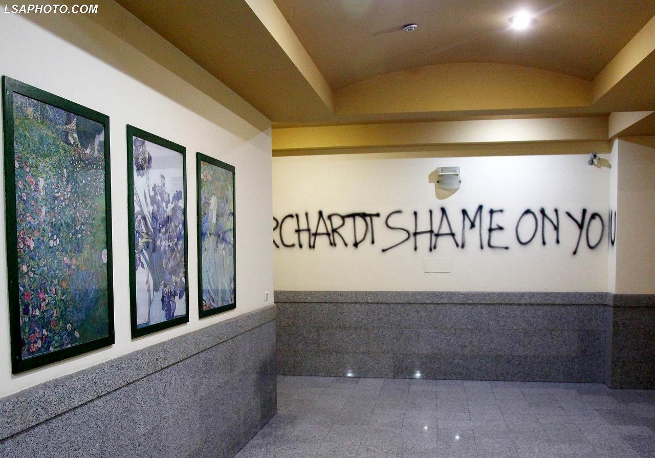 Shkroi pallullën 'Borschardt, shame on you', policia shoqëron studenten