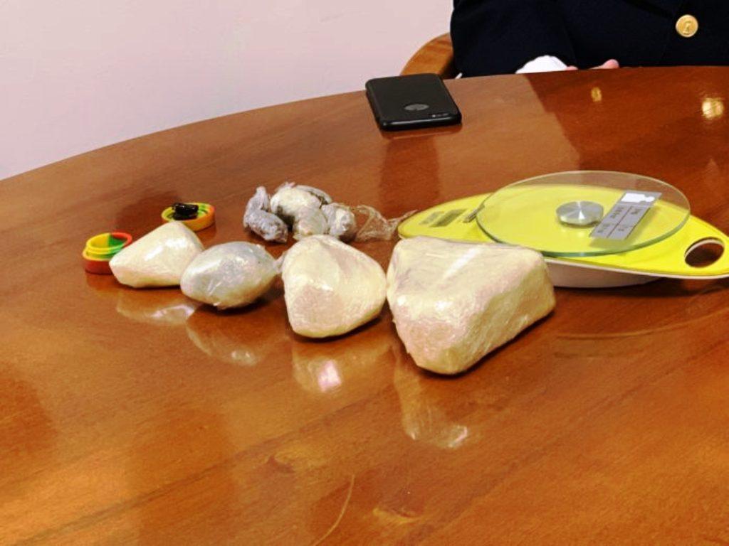Kapet me kokainë të pastër në bodrumin e shtëpisë, arrestohet i riu shqiptar në Itali