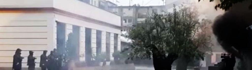 Protestuesit nga Parlamenti ndalen tek Ministria e Brendshme, një polic lëndohet nga fishekzjarret