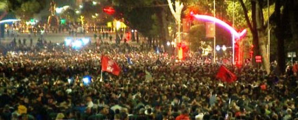 Pas dy orëve tek Kryeministria, protesta e opozitës zhvendoste tek Parlamenti