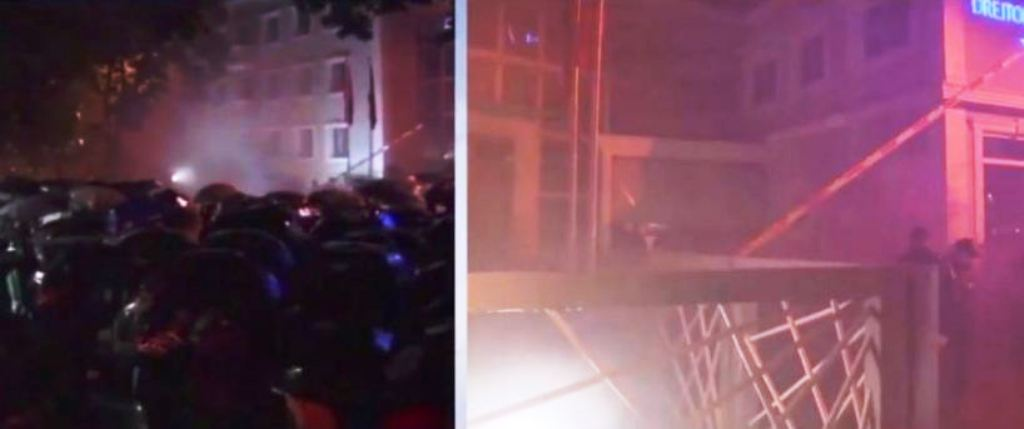 """Protesta """"Rama Ik"""": Molotov dhe shashka mbi Drejtorinë e Policisë së Tiranës, thyhen xhamat"""